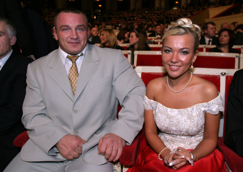Mariusz Pudzianowski z żoną podczas 69. Plebiscytu na 10 Najlepszych Sportowcow Polski 2003 roku /Piotr Fotek /East News