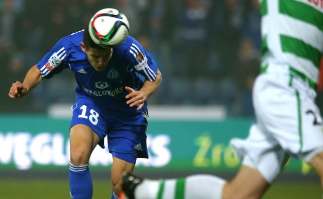 Mariusz Stępiński (L) z Ruchu strzela gola w meczu z Lechią Gdańsk /Andrzej Grygiel /PAP