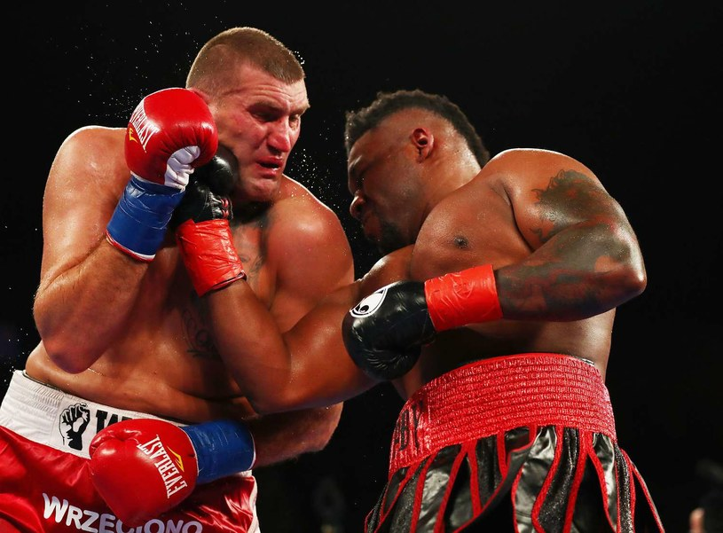 Mariusz Wach (z lewej) tu w walce z Jarrellem Millerem /AFP