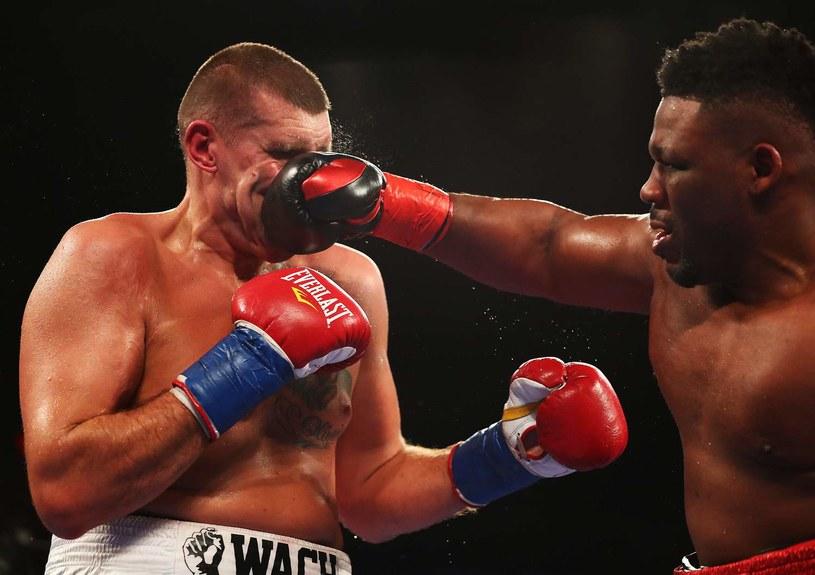 Mariusz Wach (z lewej) w walce z Jarrellem Millerem /AFP