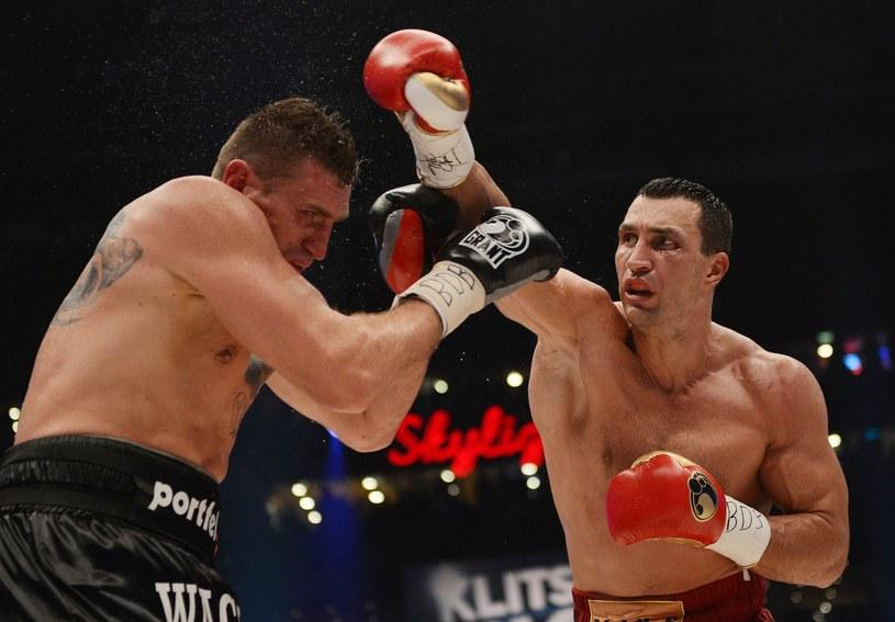 Mariusz Wach (z lewej) w walce z Władymirem Kliczką /AFP