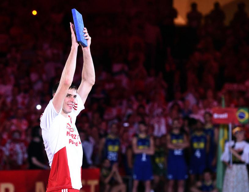 Mariusz Wlazły ze statuetką najlepszego zawodnika mistrzostw świata /www.fivb.org