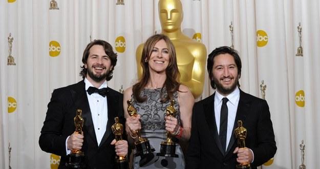 """Mark Boal, Kathryn Bigelow i Greg Shapiro  z Oscarami dla filmu """"The Hurt Locker. W pułace wojny"""" /AFP"""