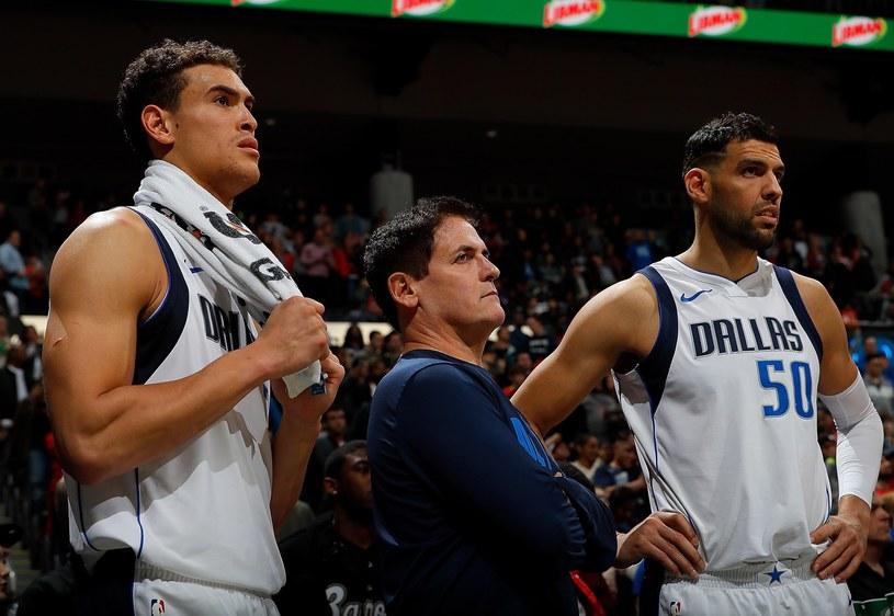 Mark Cuban (w środku) i koszykarze z Dallas /AFP