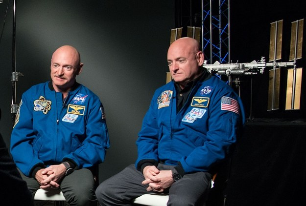 Mark i Scott Kelly (po prawej) podczas wywiadu przed rozpoczęciem NASA Twins Study /NASA/Robert Markowitz /Materiały prasowe