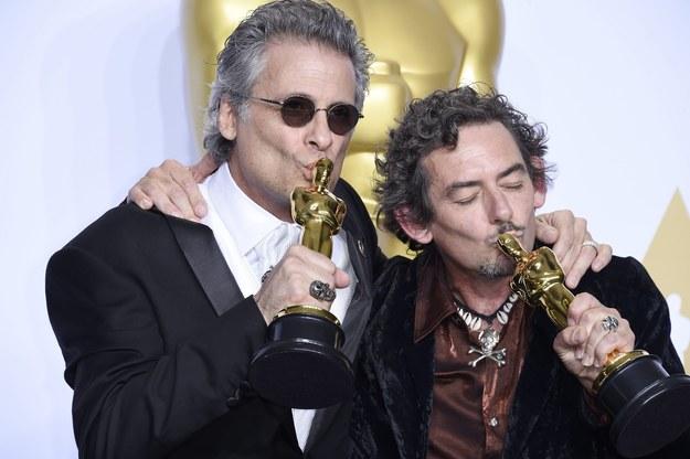 "Mark Mangini i David White ze statuetkami za montaż dźwięku do filmu ""Mad Max: Na drodze gniewu"" /PAUL BUCK  /PAP/EPA"