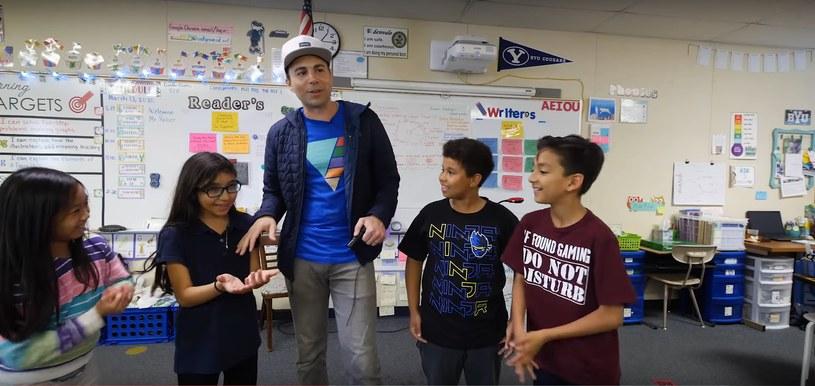 Mark Rober i dzieciaki biorące udział w eksperymencie /YouTube