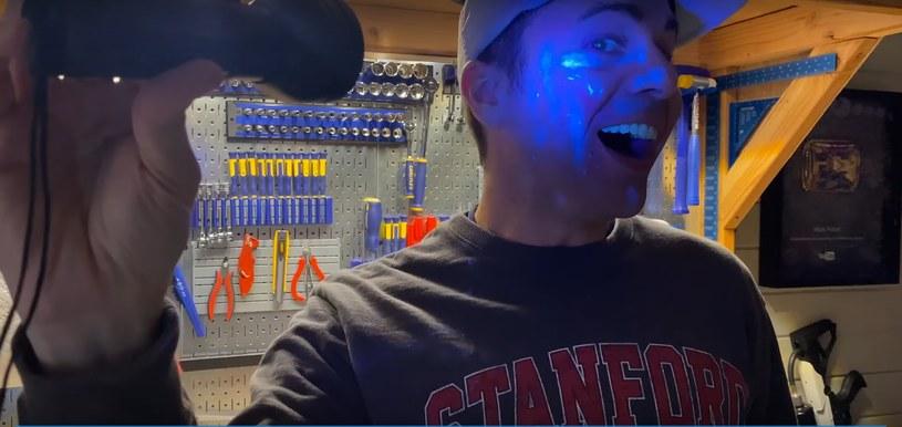 """Mark Rober mimo usilnych starań także przeniósł """"cząsteczki wirusa"""" na swoją twarz /YouTube"""