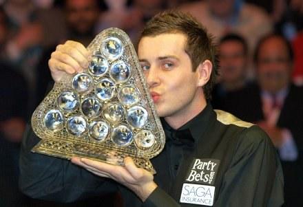 Mark Selby całuje główne trofeum /AFP