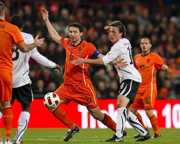 Mark van Bommel (w środku) nie zagra w meczu Holandii z Węgrami /AFP