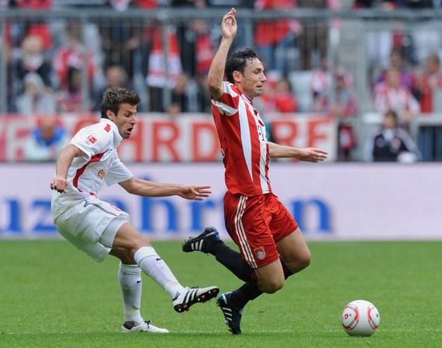 Mark van Bommel (z prawej) doznał kontuzji, która spowodowała wściekłość prezesów Bayernu /AFP