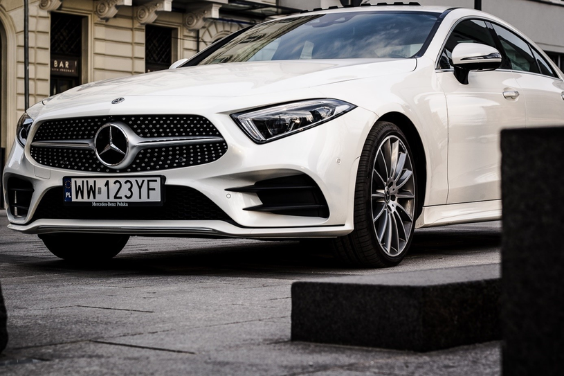 Marka Mercedes poszła o krok dalej. W modelu CLS znajdziemy możliwość parkowania samochodu przebywając poza nim! By sprawnie parkować prostopadle i równolegle wystarczy telefon komórkowy z odpowiednią aplikacją. Istna bajka! /materiały prasowe