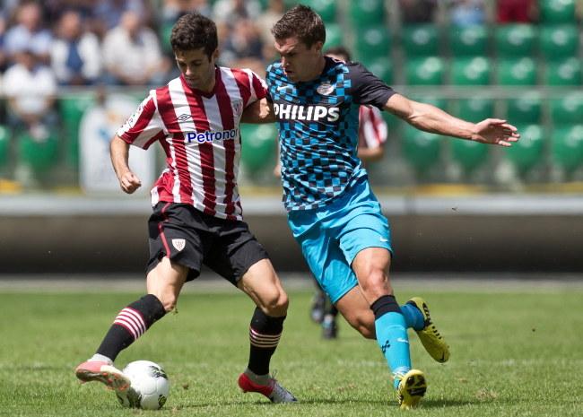 Markel Susaeta (Athletic, z lewej) w walcem z Kevinem Strootmanem (PSV) /Maciej Kulczyński /PAP