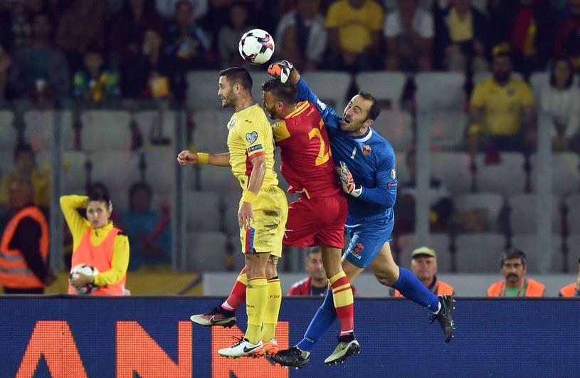 Marko Simić (w środku) podczas meczu Rumunia - Czarnogóra /AFP
