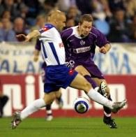 Markus Kiesenebner (Austria) i Jose Movilla (Real Saragossa) walczą o piłkę /AFP