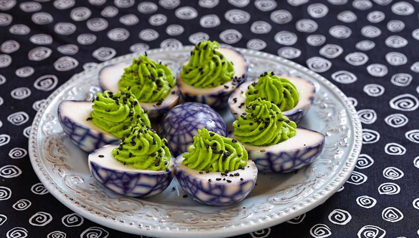 Marmurkowe jajka faszerowane na zielono
