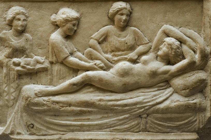 Marmurowa tablica przedstawiająca rodzącą kobietę, znaleziona w Ostii, antycznym mieście portowym starożytnego Rzymu. /Ciekawostki Historyczne