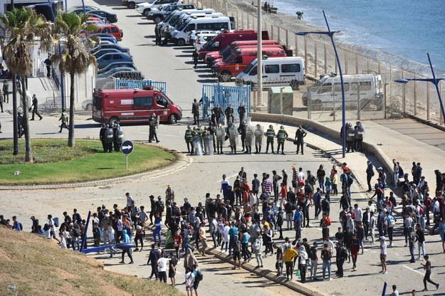 Marokańska policja próbująca opanować sytuację na granicy /Jalal Morchidi /PAP/EPA