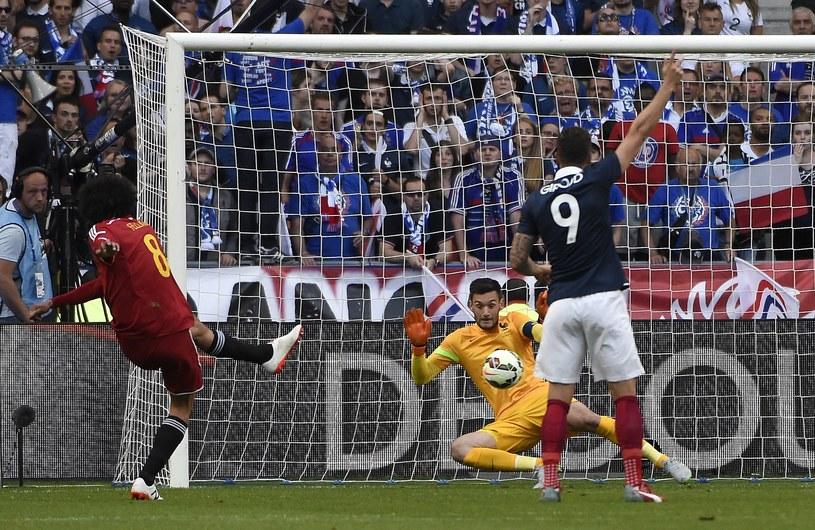 Marouane Fellaini strzela pierwszego gola dla Belgów w meczu z Francją /AFP