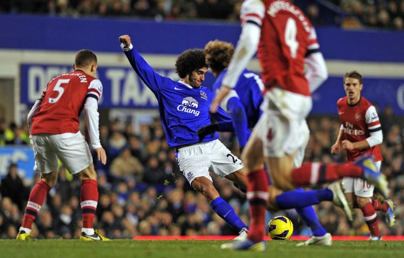 Marouane Fellaini (w środku) strzela gola na 1-1 dla Evertonu. /AFP