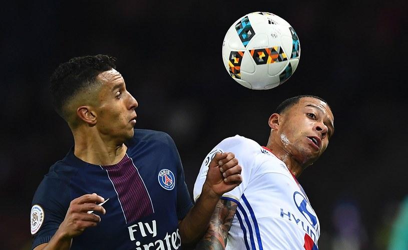 Marquinhos (z lewej) walczy o piłkę z Memphisem Depayem (z prawej) /AFP