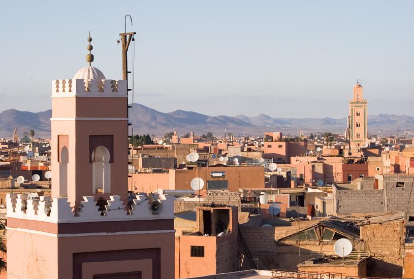Marrakesz, ze względu na otaczające go mury z gliny, nazywany jest czerwonym miastem /123RF/PICSEL