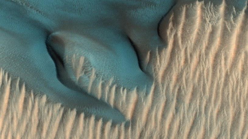 Marsjańska sonda uwieczniła na zdjęciu wydmę w kolorze turkusowego błękitu /Geekweek