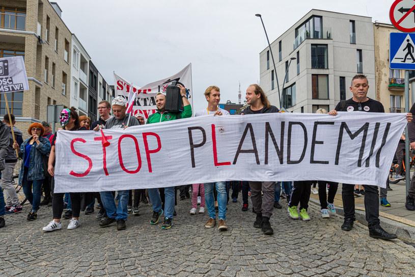 Marsz koronasceptyków, uważających że pandemia nie istnieje. /Grzegorz Ksel/REPORTER /Reporter