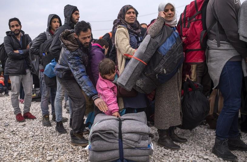 Marsz migrantów w stronę granicy z Macedonią /PAP/EPA