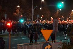 Marsz Niepodległości dociera pod pomnik Dmowskiego