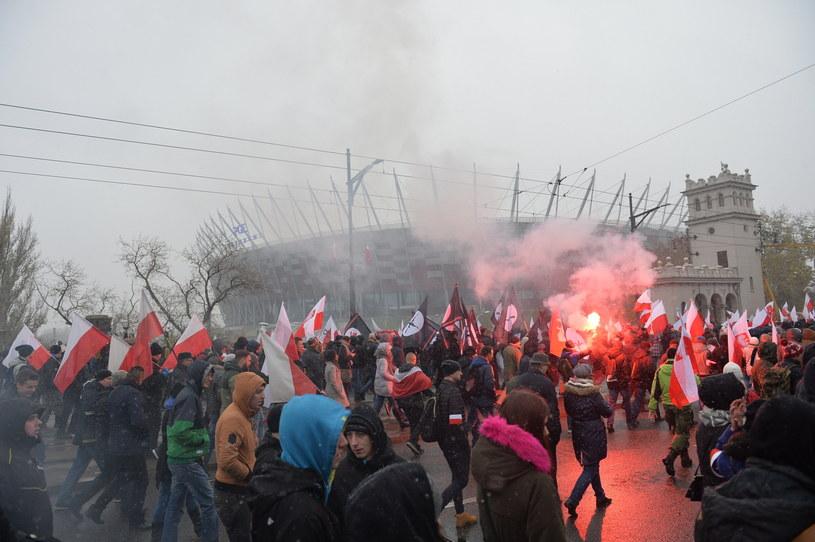 Marsz Niepodległości dociera pod Stadion Narodowy /Marcin Obara /PAP