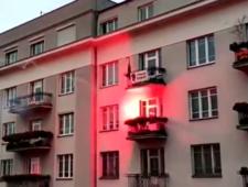 Marsz Niepodległości. Race poleciały w stronę mieszkania z flagą Strajku Kobiet, wybuchł pożar