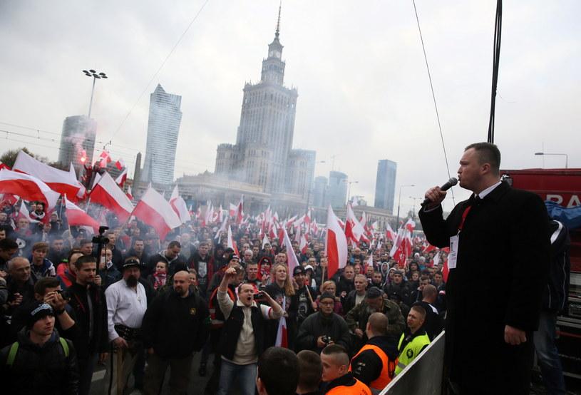 Marsz Niepodległości wyruszył z placu Defilad. /Tomasz Gzell /PAP