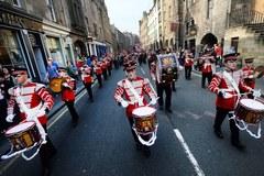 Marsz oranżystów ulicami Edynburga