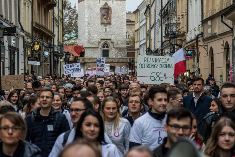 Marsz poparcia dla protestujących rezydentów w 2017 roku /Jan Graczyński /East News