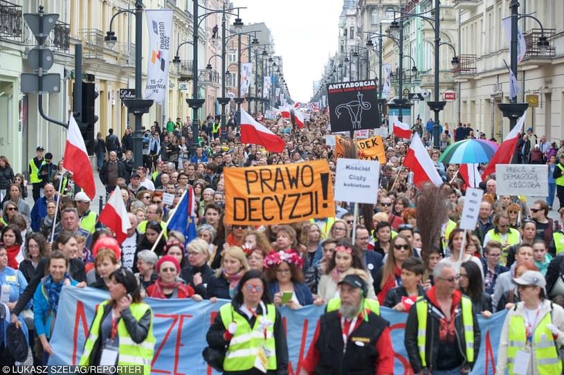 Marsz protestu kobiet polskich przeciw proponowanym zmianom w ustawie aborcyjnej (Łódź, 17.04.2016) /Łukasz Szeląg /Reporter