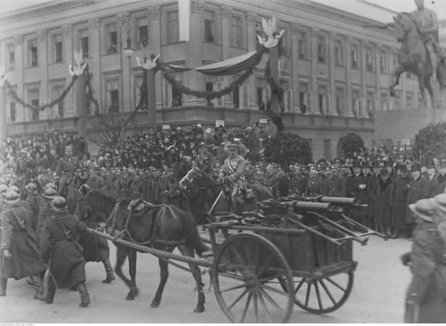 Marszałek Józef Piłsudski na Kasztance przyjmujący defiladę oddziałów piechoty z karabinami maszynowymi Maxim /NAC Online /