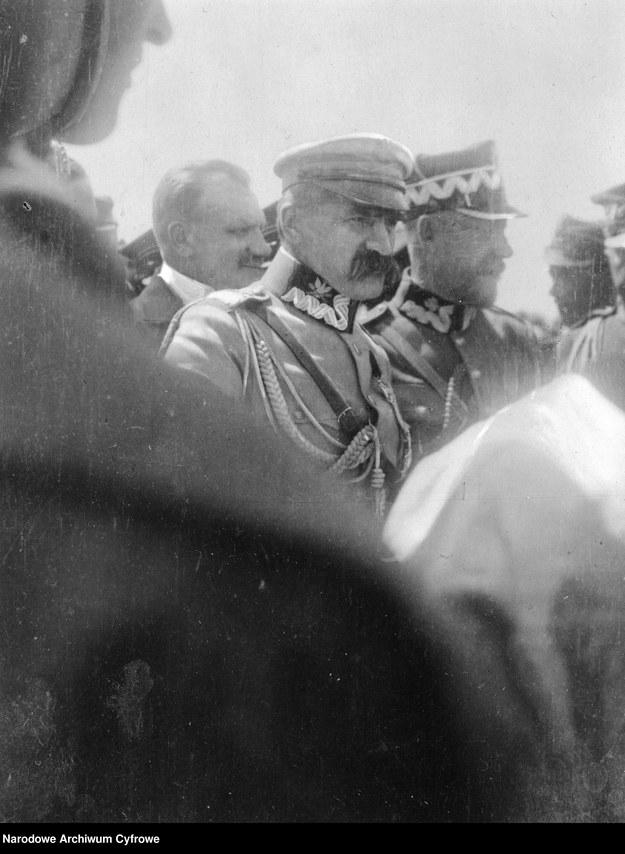Marszałek Józef Piłsudski na nierozpoznanych uroczystościach. Na prawo od niego stoi gen. Lucjan Żeligowski /Z archiwum Narodowego Archiwum Cyfrowego