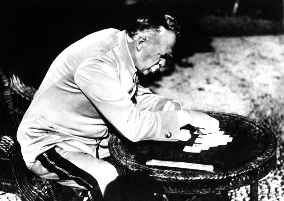 Marszałek Józef Piłsudski schorowany i zmęczony wyjechał na portugalską wyspę Madera, aby podratować zdrowie. Na zdj. relaks przy układaniu pasjansa / CAF    /PAP