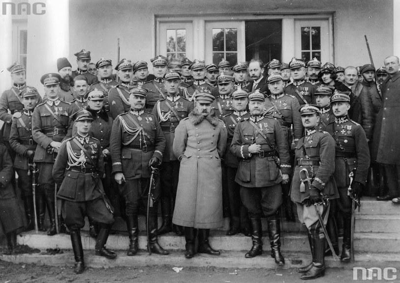 Marszałek Józef Piłsudski w otoczeniu wojskowych /Z archiwum Narodowego Archiwum Cyfrowego