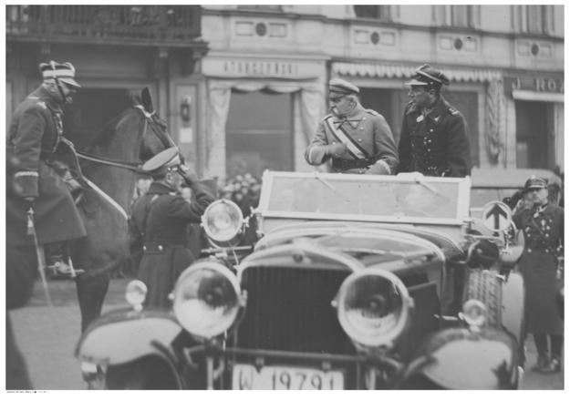 Marszałek Józef Piłsudski w samochodzie na Placu Saskim /NAC Online /
