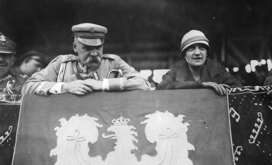 Marszałek Józef Piłsudski z żoną Aleksandrą na zdjęciu z sierpnia 1926 roku /foto. Narodowe Archiwum Cyfrowe /