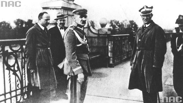 Marszałek Polski Józef Piłsudski (na pierwszym planie z lewej) w towarzystwie m.in. generała Gustawa Orlicz-Dreszera (na pierwszym planie z prawej) na moście Poniatowskiego, przed rozmową z prezydentem Stanisławem Wojciechowskim /Z archiwum Narodowego Archiwum Cyfrowego