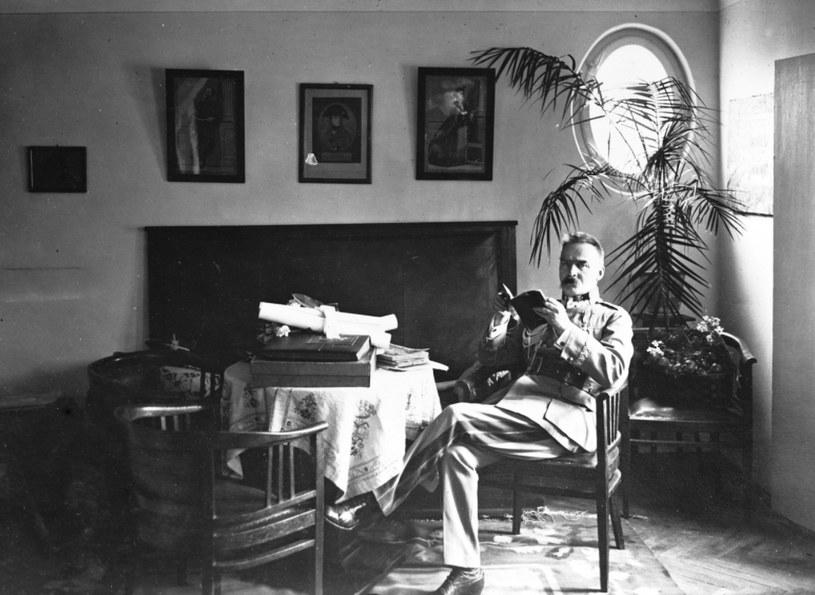 Marszałek Polski Józef Piłsudski siedzi przy stoliku w saloniku na piętrze willi w Sulejówku /Z archiwum Narodowego Archiwum Cyfrowego