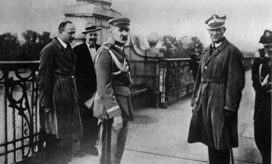 Marszałek Polski Józef Piłsudski w otoczeniu oficerów przed ostatnią przed zamachem stanu rozmową z prezydentem RP Stanisławem Wojciechowskim. Na zdjęciu marszałek Piłsudski (C), generał Gustaw Orlicz-Dreszer (P) na moście Poniatowskiego /PAP
