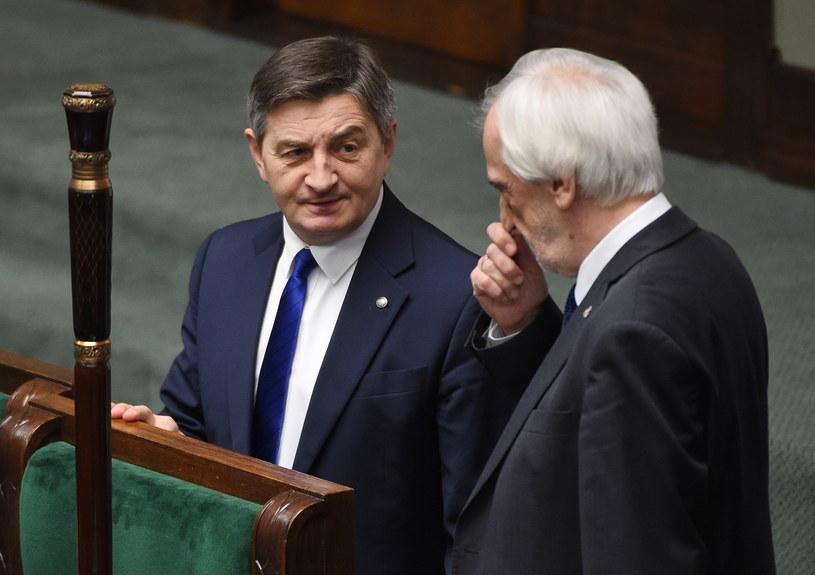 Marszałek Sejmu Marek Kuchciński (L) i wicemarszałek Ryszard Terlecki (P) przed rozpoczęciem posiedzenia Sejmu /Radek Pietruszka /PAP