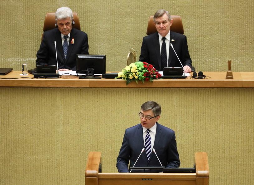 Marszałek Sejmu RP Marek Kuchciński podczas wystąpienie w Seimasie w Wilnie /Paweł Supernak /PAP