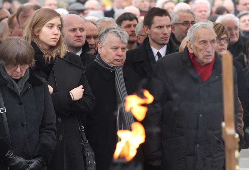 Marszałek Senatu Bogdan Borusewicz (C) i były premier Tadeusz Mazowiecki (P) podczas uroczystości pogrzebowych. /Jacek Bednarczyk /PAP