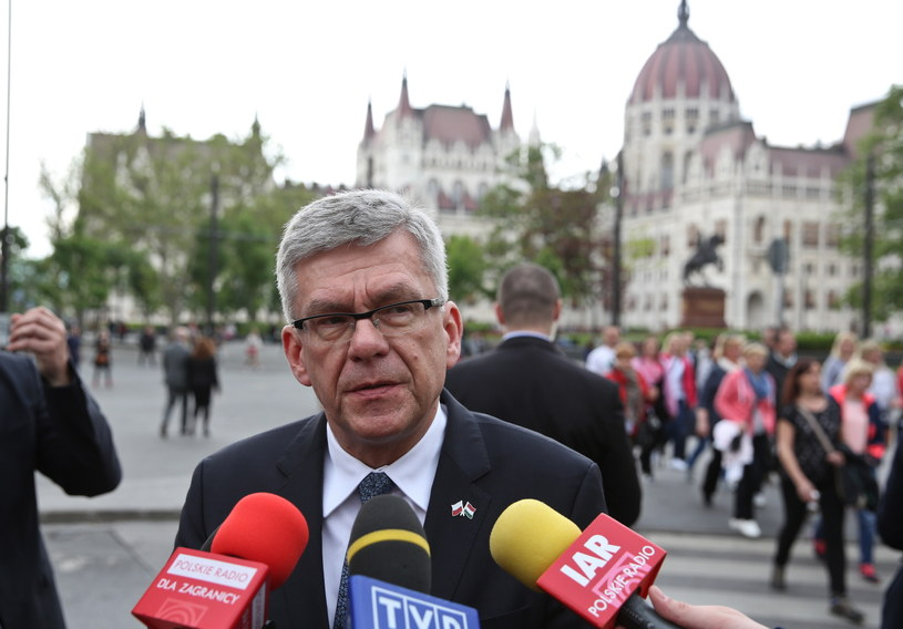 Marszałek Senatu Stanisław Karczewski rozmawia z dziennikarzami przed siedzibą węgierskiego Parlamentu w Budapeszcie /Rafał  Guz /PAP