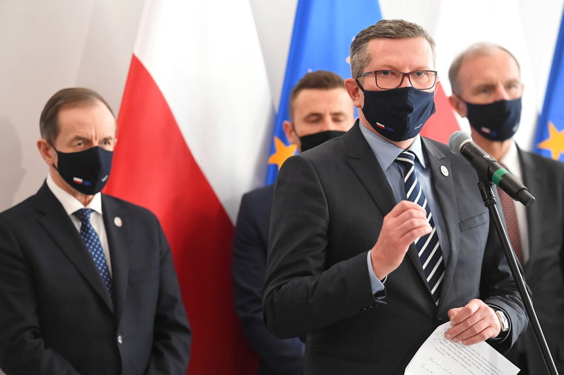 Marszałek Senatu Tomasz Grodzki (L), senator PO-KO Bogdan Klich (P) i senator Marcin Bosacki (2P) podczas konferencji prasowej w sprawie projektu uchwały Senatu wzywającej Radę Ministrów do wycofania się z gróźb zawetowania budżetu Unii Europejskiej